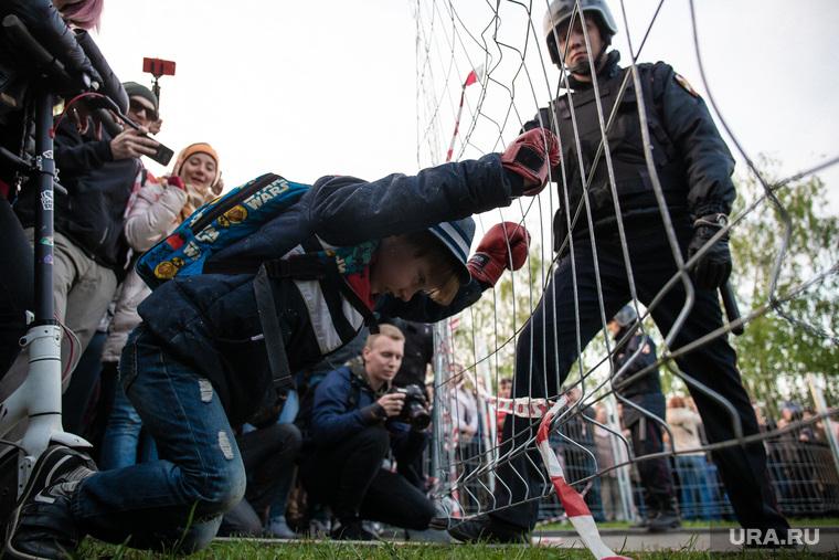 Протесты у сквера. Екатеринбург, протест, сквер на драме, ребенок