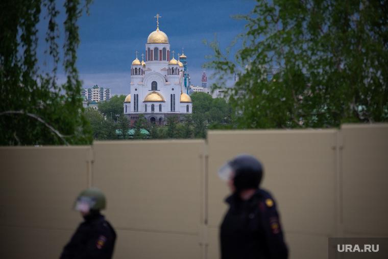 Четвертый день протестов против строительства храма Св. Екатерины в сквере у театра драмы. Екатеринбург, омон, храм на крови, забор, сквер на драме