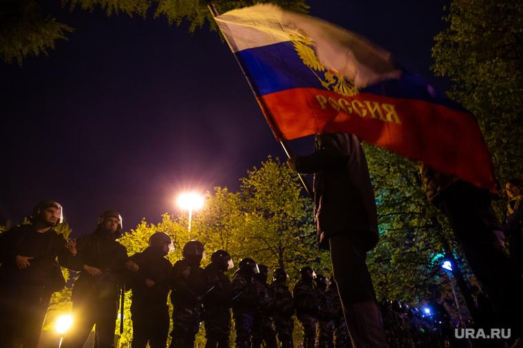 Третий день протестов против строительства храма Св. Екатерины в сквере у театра драмы. Екатеринбург, сквер, флаг россии, оцепление, протесты, сквер на драме