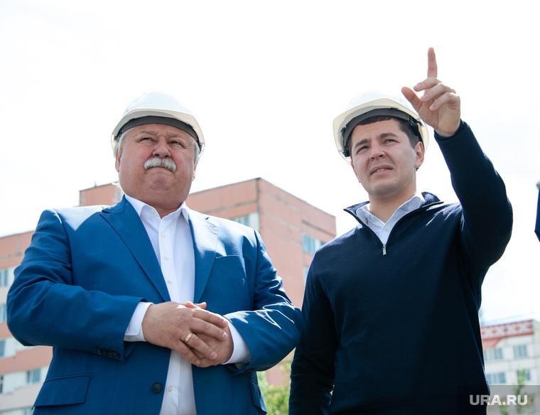Визит врио губернатора ЯНАО Дмитрия Артюхова в Новый Уренгой 23.06.18_2, указывает, костогриз иван, строительные каски, артюхов дмитрий