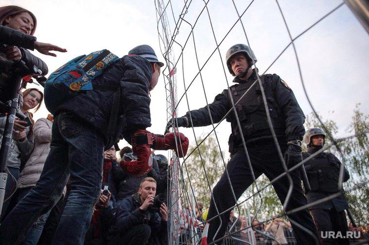 Протесты у сквера. Екатеринбург, протест, ребенок, росгвардия, сквер на драме, храм на драме