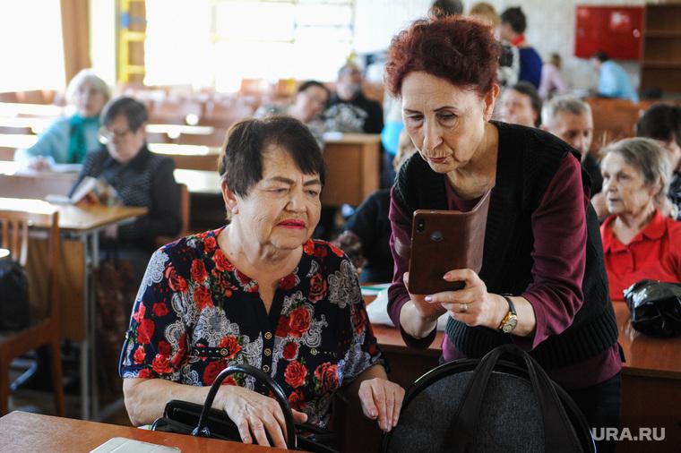 Пенсионеры. Челябинск, смартфон, старики, сотовый телефон, гаджет, пожилые, современные технологии, новые технологии, пенсионеры, гаджет