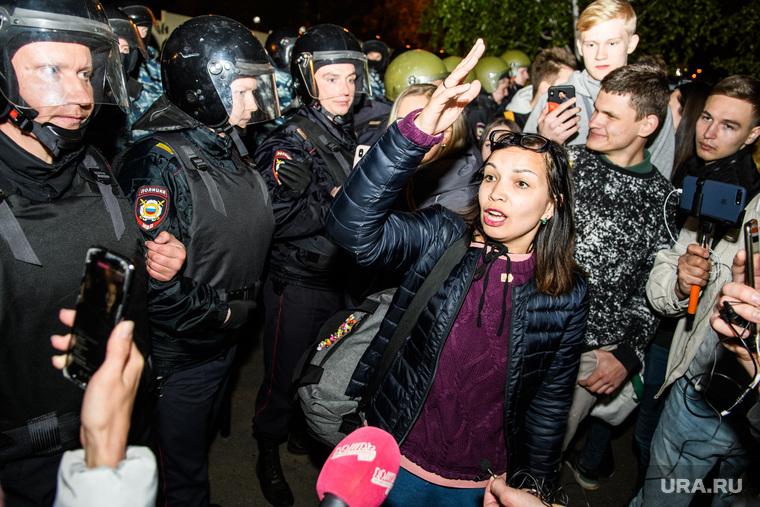 Третий день протестов против строительства храма Св. Екатерины в сквере у театра драмы. Екатеринбург, протесты, омон