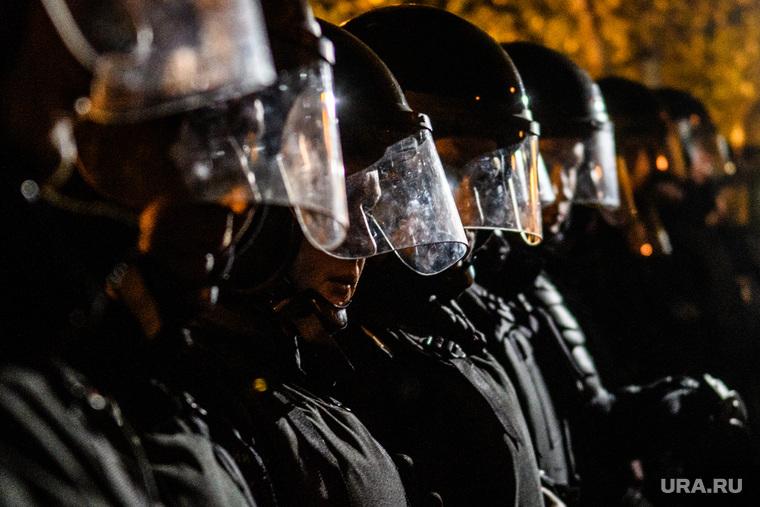 Третий день протестов против строительства храма Св. Екатерины в сквере у театра драмы. Екатеринбург, полиция, силовые структуры, правоохранительные органы, оцепление, омон, шеренга
