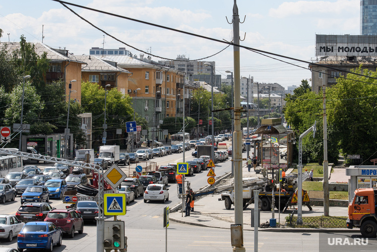 Дорожные работы на центральных улицах Екатеринбурга, пробка, затор на дороге, мы молоды, улица малышева, стрит арт
