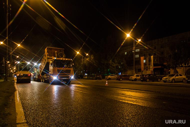 Инспекция ремонта дороги по улице 50 лет ВЛКСМ. Сургут, ремонт дороги, фонари освещения, свет фар, ночь