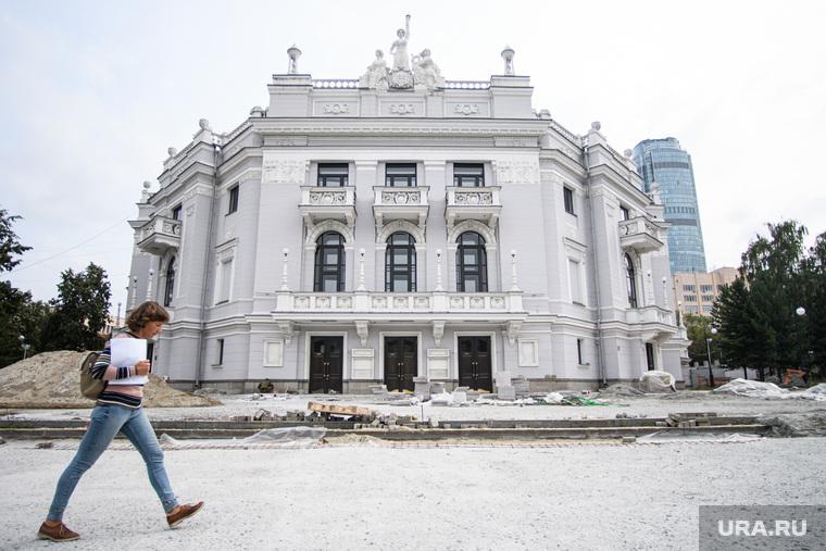 Ремонт дорог и тротуаров в Екатеринбурге, тротуар, пешеходная зона, ремонтные работы, екатеринбургский театр оперы и балета, урал опера балет
