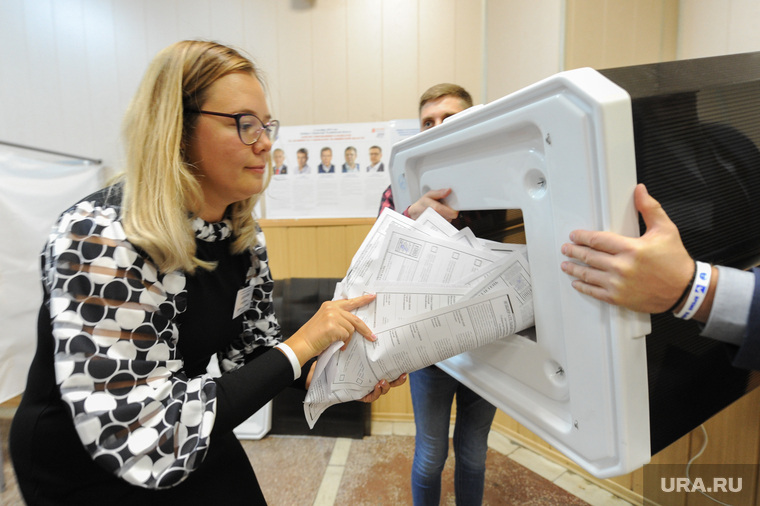 Избирательный участок 803. Подсчет бюллетеней. Челябинск, избирательная комиссия, выборы, урна для голосования