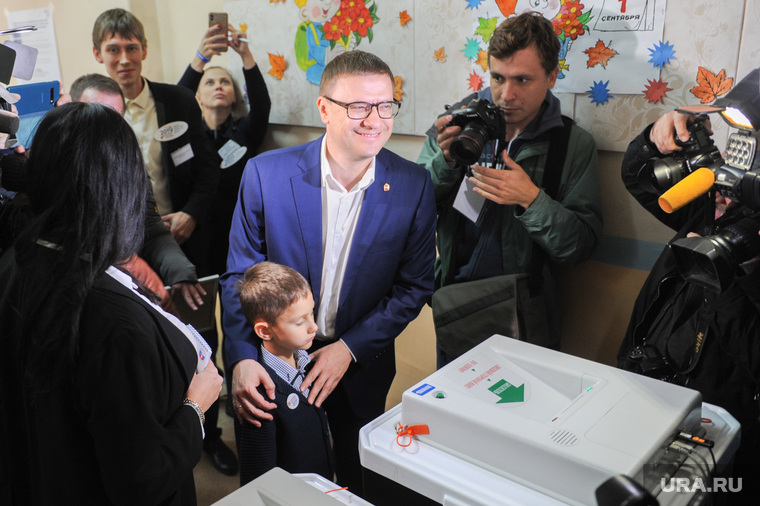 Алексей Текслер на участке для голосования на Едином дне голосования 2019. Челябинск, текслер алексей, выборы губернатора, избирательный участок, выборы2019, текслер михаил
