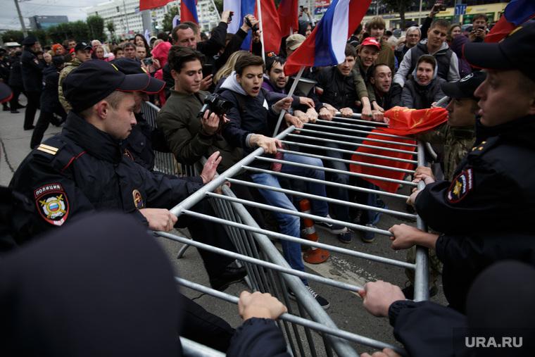 Несанкционированная акция против изменения пенсионного законодательства в Перми, ограждение, сопротивление, ограждение, полиция, протест, несанкционированный митинг