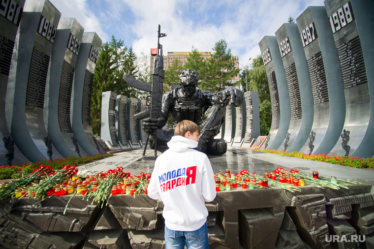 Митинг памяти у Чёрного тюльпана по погибшим в Беслане в сентябре 2004 года. Екатеринбург, молодая гвардия, возложение цветов, памятник черный тюльпан