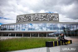 Скамейки около Дворца молодежи. Екатеринбург