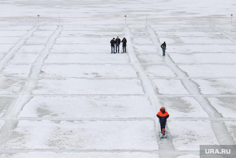 Распиловка льда около Курганского гидроузла