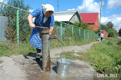 Вода. Колонка. Бабушка с ведром. Челябинск