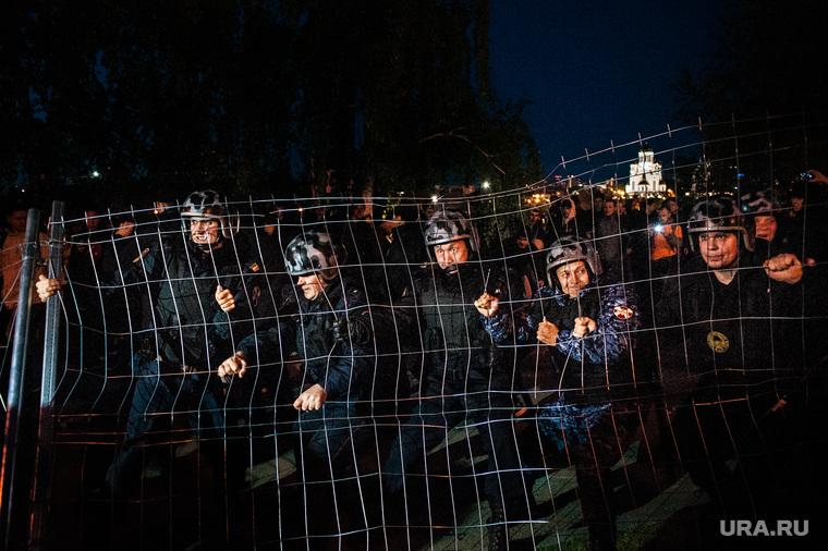 Акция против строительства собора святой Екатерины на территории сквера у Театра драмы. Екатеринбург, ограждение, росгвардия, сквер на драме, храм на драме