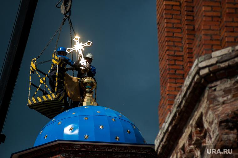 Подъем главок с крестами на четыре башенки восстанавливаемого Успенского Собора. Екатеринбург
