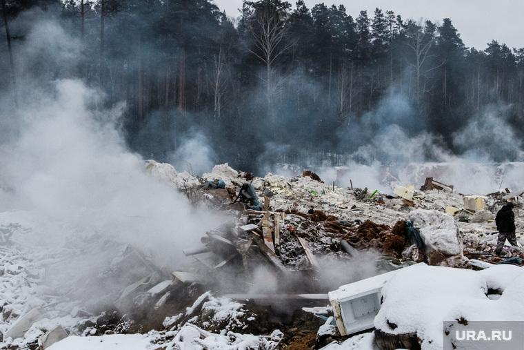 Пожар на несанкционированной свалке на Уралмаше. Екатеринбург, дым, мусор, лес, тбо, свалка, мусорный полигон, твердые коммунальные отходы, незаконная свалка, твердые бытовые отходы, свалка горит, пожар на свалке