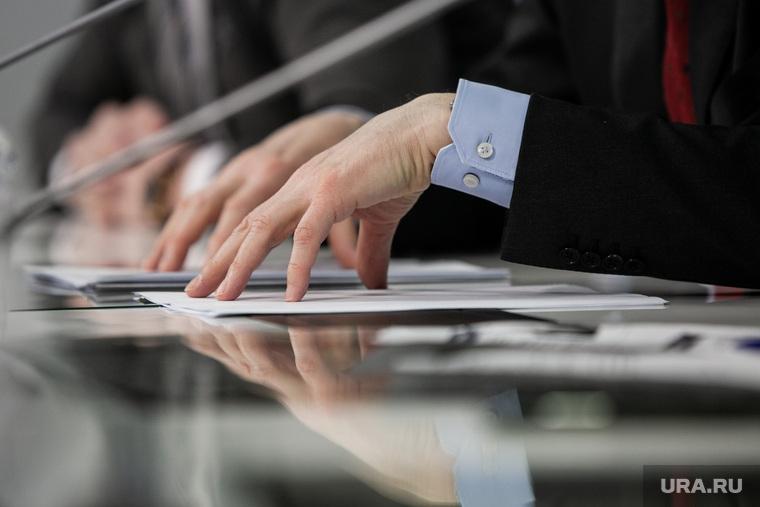 Андрей Фурсенко на пресс-конференции в ТАСС, посвященная вручению Премии президента России в области науки. Москва, чиновник, документы, руки