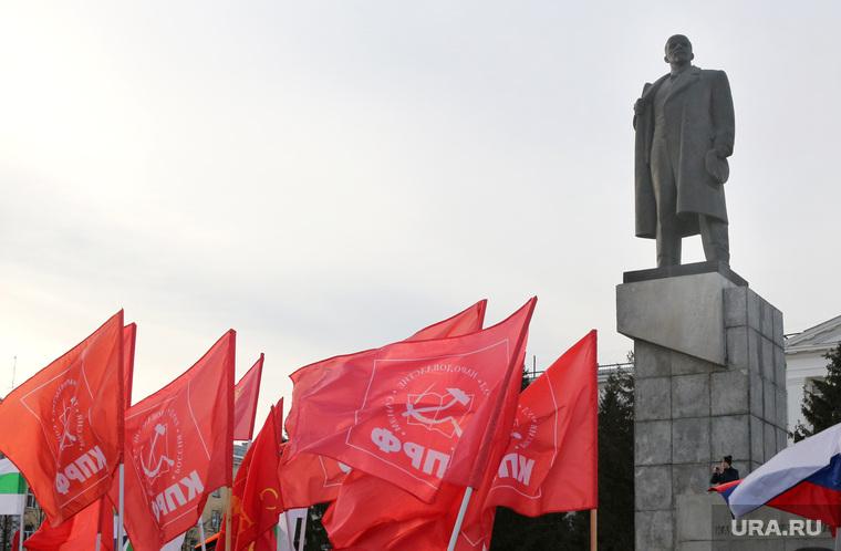 Митинг  Курган, памятник ленину, красные флаги, кпрф