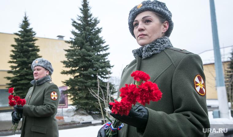 Однодневные сборы парламентариев и прессы в 21 бригаде Росгвардии. Москва, росгвардия, женщины в форме, цветы