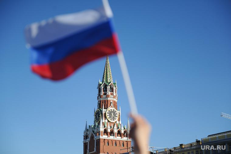 Концерт по случаю Дня России на Красной площади. Москва, спасская башня, флаг, кремль