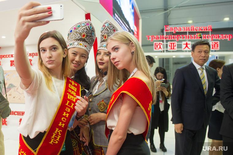 ИННОПРОМ-2016: третий день. Проходка Дмитрия Рогозина и китайцев. Екатеринбург, иннопром2016, девушки в национальном костюме, российско китайское экспо