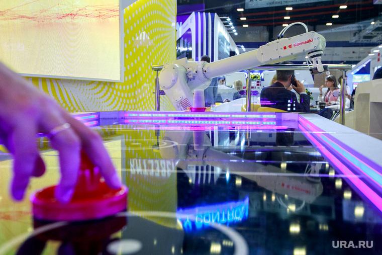 ПМЭФ-2018. Петербургский международный экономический форум 2018. Выставочные стенды. Санкт-Петербург, игра, аэрохоккей, искусственный интеллект, современные технологии, роботизация, робот, будущее
