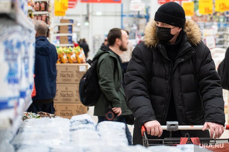 Противоэпидемические меры, предпринимаемые торгово-развлекательными центрами Екатеринбурга, продукты, покупатели, гастроном, заражение, гипермаркет, продуктовая корзина, бакалея, медицинская маска, вирус, покупка продуктов, маска на лицо, продуктовый магазин, продукты питания