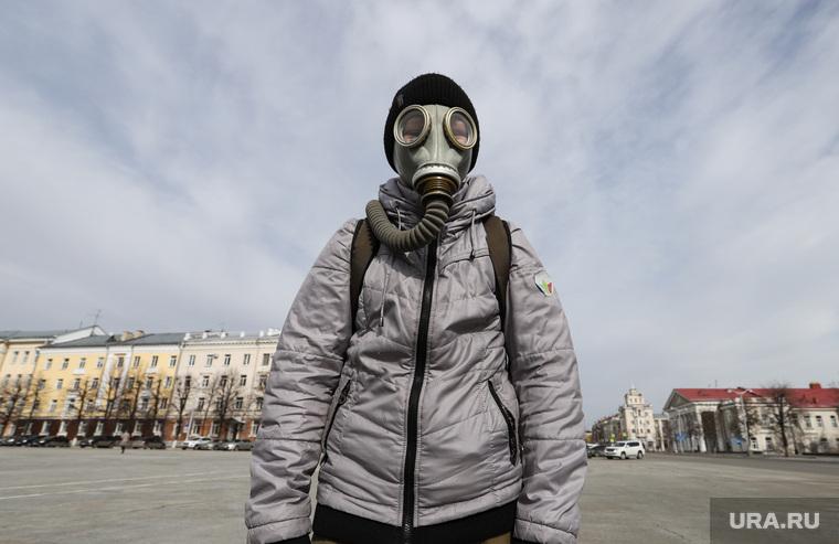 Жители города Кургана во время пандемии коронавируса. Курган, противогаз, город курган, площадь ленина, шлем маска