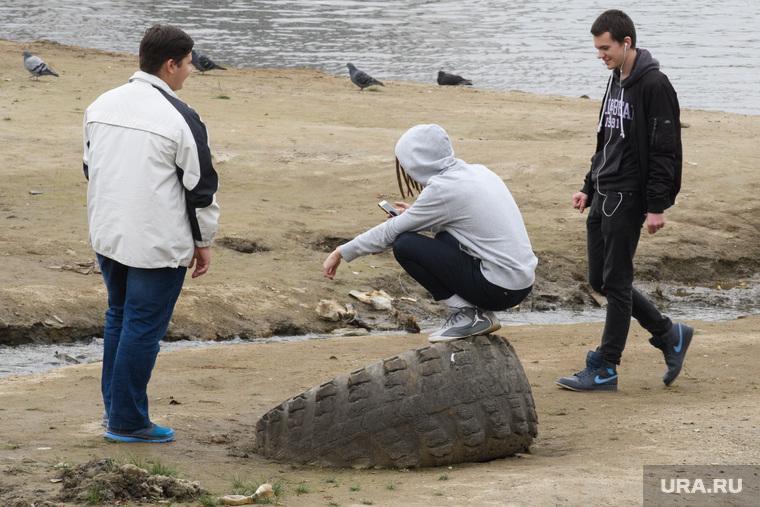 Антон Симаков гадает на набережной за рубль. Екатеринбург, парни, шина, занятость, молодежь