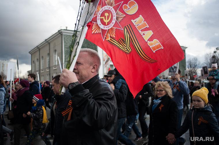 Военный парад, посвященный 73-й годовщине победы в Великой Отечественной войне. Свердловская область, Верхняя Пышма, флаг, день победы, шествие, 9 мая, праздник