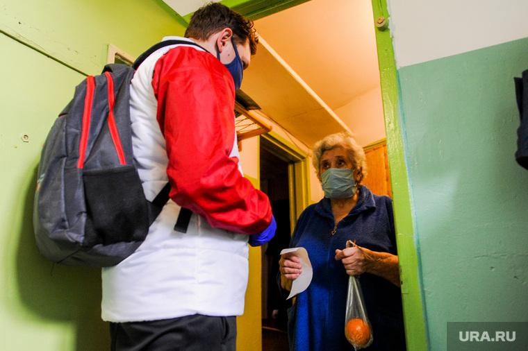 Волонтеры МГЕР помогают пожилым людям купить необходимые продукты во время карантина. Челябинск, пенсионер, волонтеры, эпидемия, карантин, бабушка, старуха, пожилой человек, коронавирус