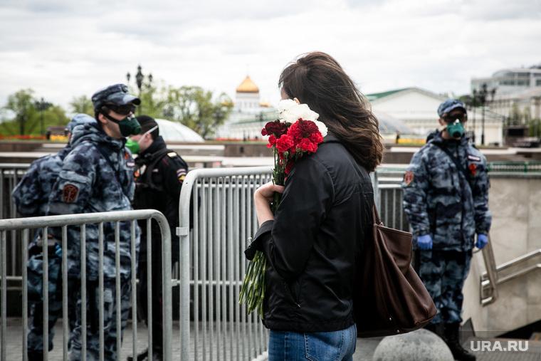 Оцепление Красной Площади 9 мая. Москва, девушка, манежная площадь, цветы, полицейское оцепление, москва