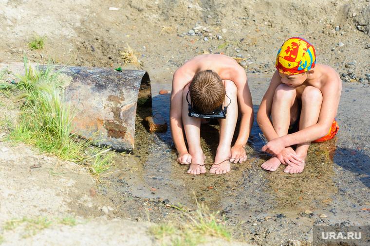 «Путинский» пляж на озере Смолино. Челябинск, сточная вода, ручей, лето, жара, труба, каникулы, пляж, дети на пляже