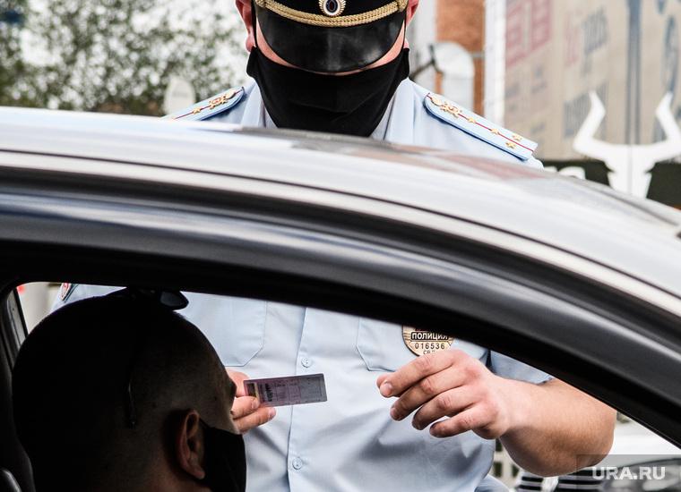 Проверка соблюдения масочного режима водителями. Екатеринбург, полиция, гибдд, дорожно патрульная служба, проверка на дорогах, проверка документов, масочный режим, полицейский в маске, проверки на дорогах, полицейский рейд
