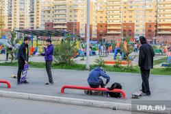 Дворовая площадка с жителями, которые не соблюдают режим самоизоляции. Челябинск