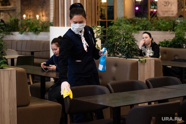 Противоэпидемические меры, предпринимаемые торгово-развлекательными центрами Екатеринбурга, уборщица, торговый центр, трц, уборка, чистота, клининг, тц, фудкорт, дезинфекция, санобработка, санитарные принадлежности