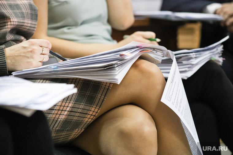Заседание комиссии по местному самоуправлению. Курган , дресс-код, юбка, феминизм, сексизм, бумаги к совещанию, женские колени