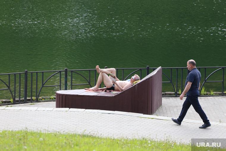 Спальные районы Москвы во время периода самоизоляции. Москва, загар, лето, солнечные ванны