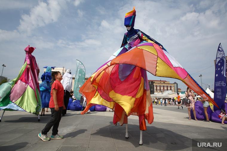 празднование дня 433 летия со дня основания города. Тюмень, ходули, карнавал, театральное представление, маскарад, маскарадный костюм, праздник