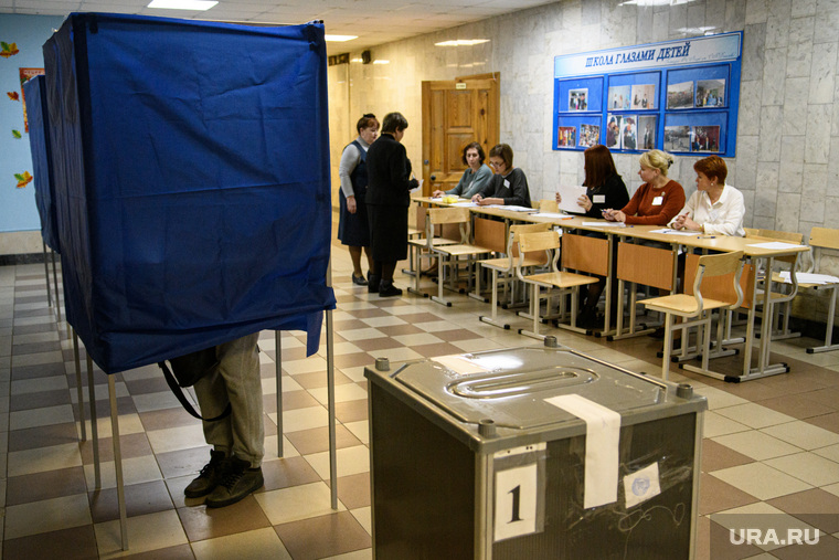 Урны для голосования с опроса свозят в администрацию Екатеринбурга, избирательный участок, демократическая процедура