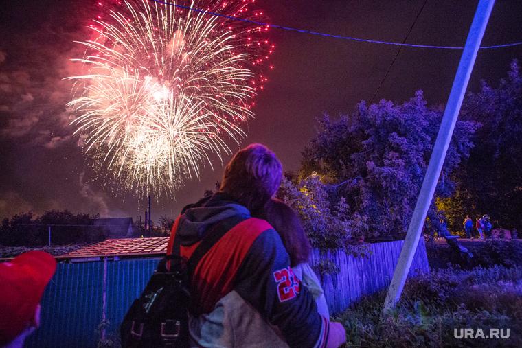 празднование дня 433 летия со дня основания города. Тюмень, салют, объятия, романтика, вечер, праздник, любовь
