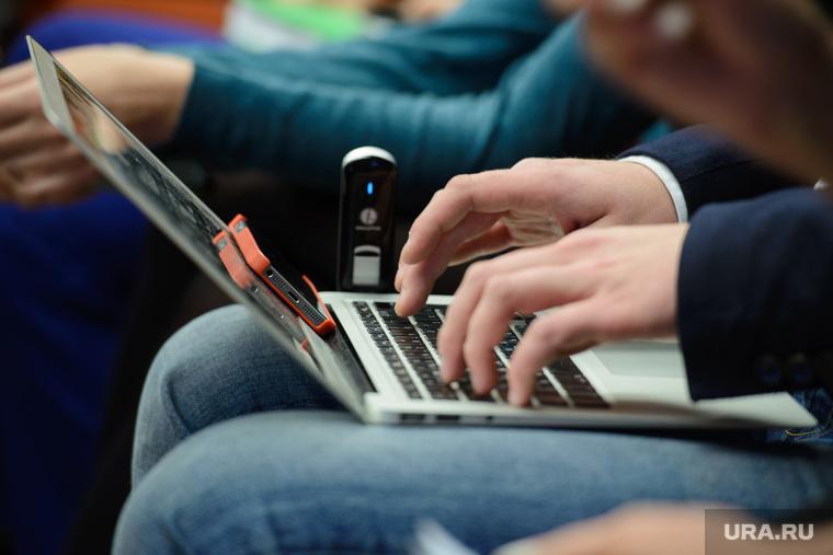 Пресс-конференция Холманских. Екатеринбург, ноутбук, компьютер