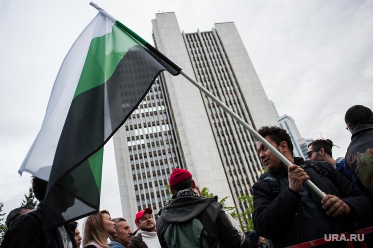 Четвертый день протестов против строительства храма Св. Екатерины в сквере у театра драмы. Екатеринбург, флаг уральской республики