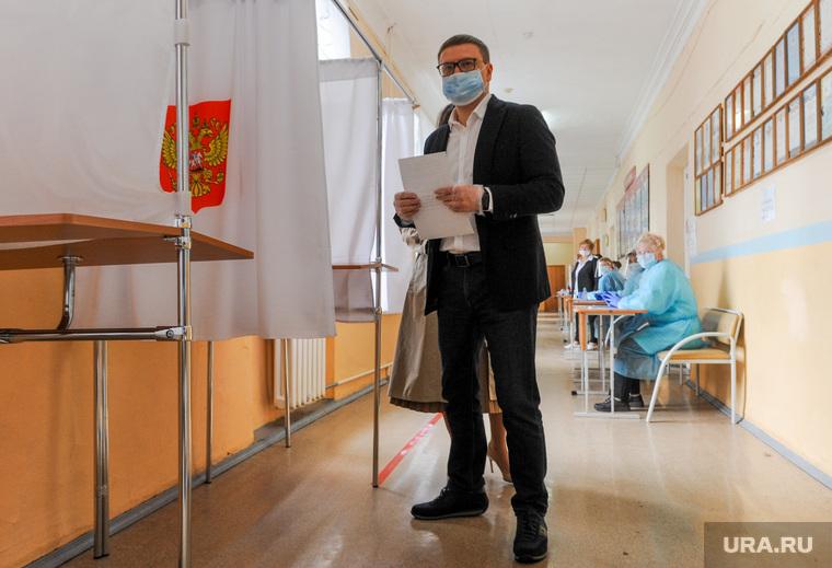 Текслер голосует на избирательном участке. Челябинск, выборы, текслер алексей, избирательный участок, голосование