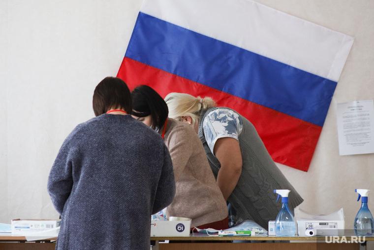 Избирательный участок по общероссийскому голосованию по поправкам в Конституцию РФ. Курган, избирательная комиссия, флаг россии, триколор, избирательнй участок, общероссийское голосование