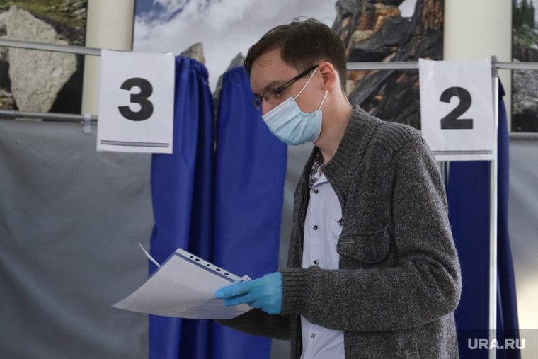 Общероссийское голосование по поправкам в Конституцию России. Курган , перчатки, резиновые перчатки, голосование, молодежь, бюллетень, поправки в конституцию, общероссийское голосование, участок голосования