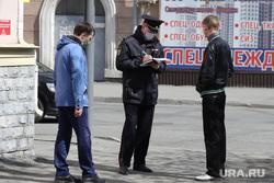 Сотрудник полиции оформляет протокол жителям города, нарушившим режим самоизоляции. Курган