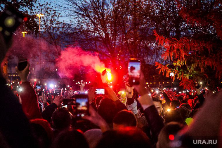 Протесты против строительства храма Св. Екатерины в сквере у театра драмы. Екатеринбург, протест, сквер на драме, фонарики, свет