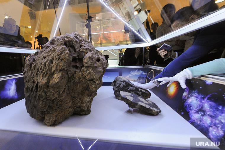 День метеорита в Государственном историческом музее Южного Урала. Челябинск, рука, челябинский метеорит